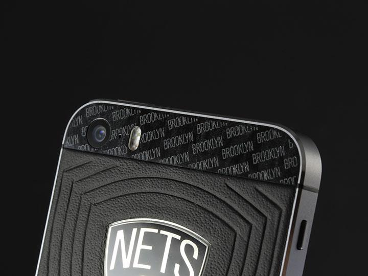 Панели с символикой Brooklyn Nets из черного перламутра.