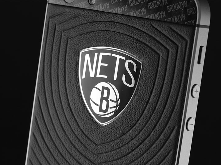 Логоти Brooklyn Nets из серебра и черной керамики.