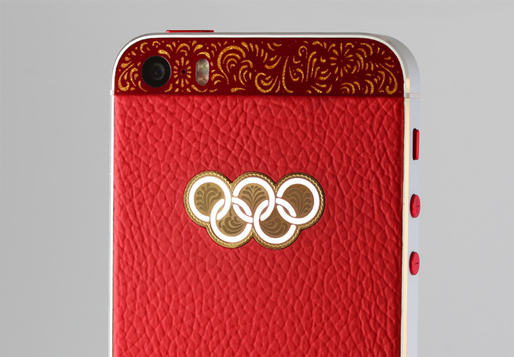Красная текстурированная кожа с золотым логотипом и подсветкой iPhone