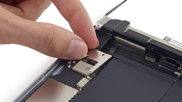 Замена левой части Wi-Fi антенны на iPad Mini 3