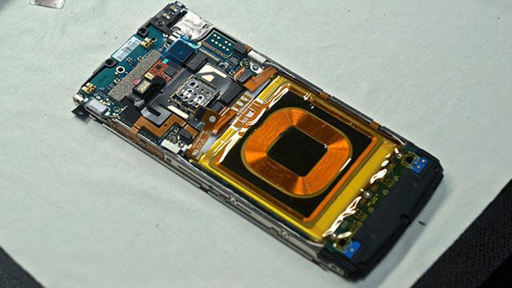 Вот так выглядит устройство без задней панели. Можно отчетливо разглядеть специальную катушку для беспроводной зарядки.