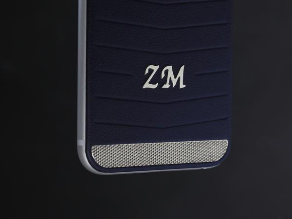 iPhone 6 из синей кожи и контурным светящимся логотипом Apple