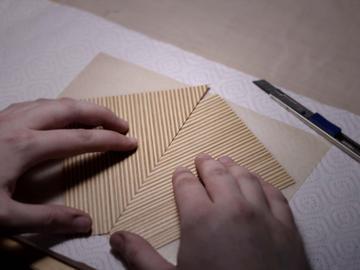 Работа шпонировщика — зеркальная стыковка двух листов для создания симметричного узора.