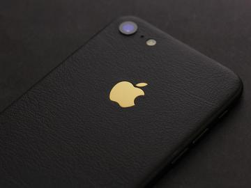 iPhone из черной кожи с золотым логотипом Apple