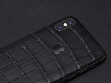 iPhone X из черной кожи аллигатора и стальным логотипом