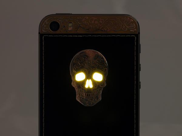 Светящиеся глаза на черепе iPhone