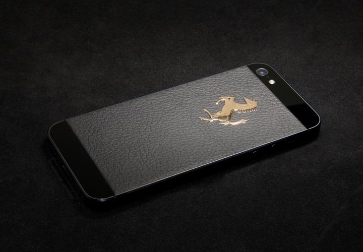 Черная текстурированная кожа и золотой логотип Ferrari