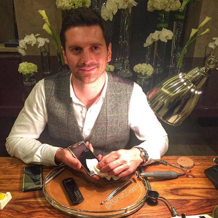 Работа мастера-сборщика на показе превью Vertu Signature Touch 2015 в Royal Malakiya Villa в Dubai