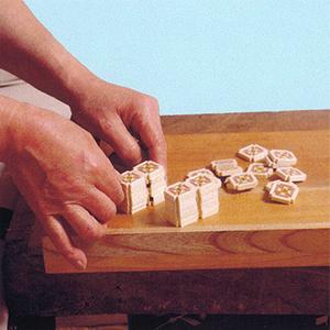 Из образовавшихся фрагментов составляют и склеивают мозаику необходимого размера: