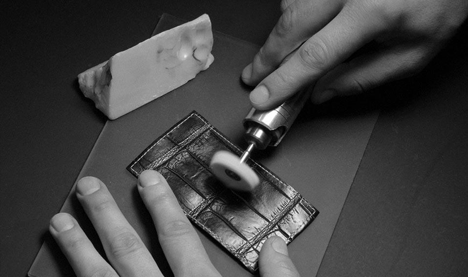 Полировка кожи крокодила для модели Royal — iPhone из крокодила