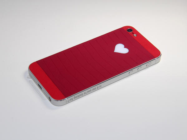 iPhone со светящимся сердцем