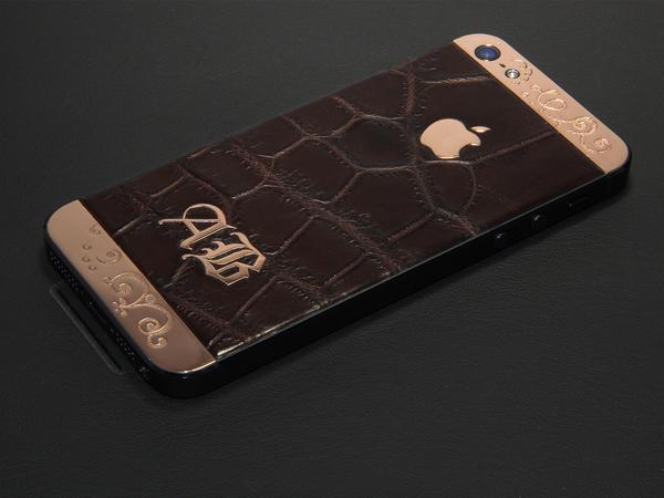 iPhone из розового золота и крокодила