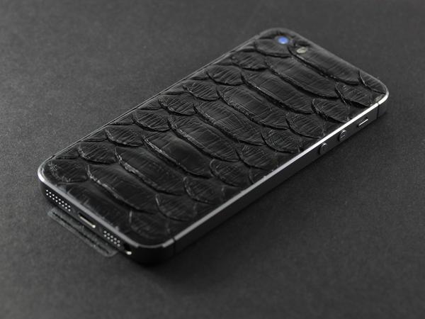 iPhone из черной кожи питона