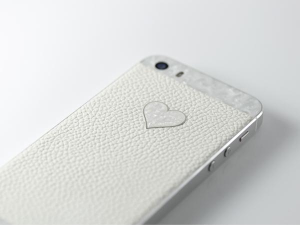 iPhone из белой кожи и перламутра