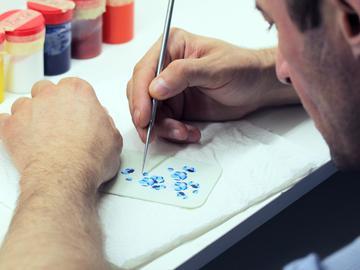 Сборка элементов «Сакуры» из перламутра по технике маркетри