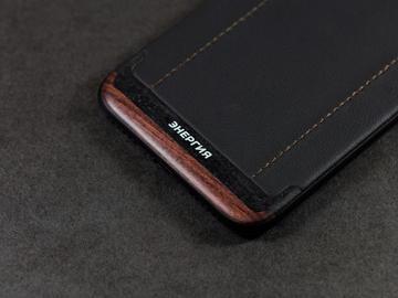 iPhone 7 из черной кожи и дерева с логотипом компании