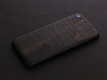 iPhone из черного дерева с индивидуальной гравюрой