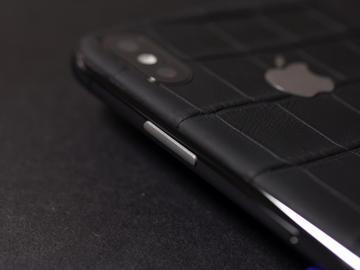 iPhone X из матовой кожи крокодила и логотипом из титана