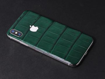 iPhone X из зеленой кожи крокодила и светящимся логотипом Apple