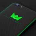 Светящийся зеленый логотип компании на iPhone